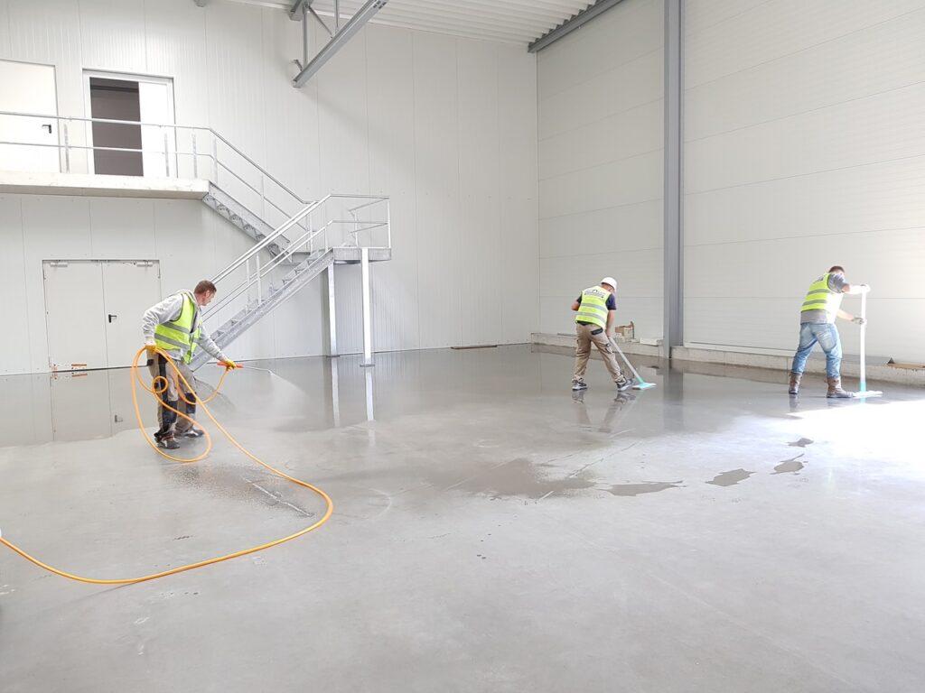 Reinigung einer Industriehalle